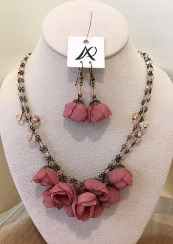ANA POPOVAの花のネックレス