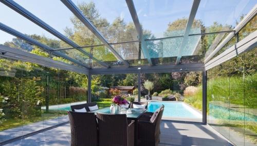 プールサイドによく似合うドイツのガラスハウス
