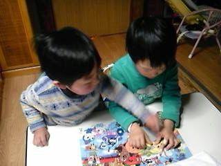 アンパンマンパズル65 ピースに取り組む3 才のお友だち