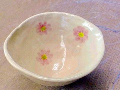 手びねりのご飯茶碗の内側にかわいい花の模様が描かれた、、。