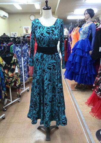柄もの社交ダンスワンピース、ブルーと黒のシックな装い!