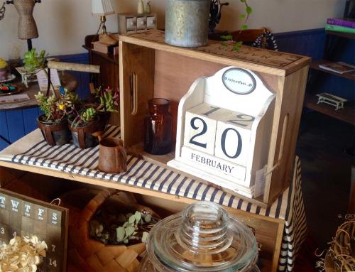 シャビー加工の木製カレンダー
