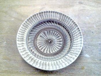 大皿に施された打ち刷毛目の模様。ろくろならではの装飾技法。