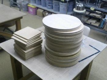 ホームセンターで、ベニヤ板を丸くカット。さて何に使うのか。