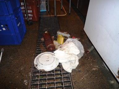 厨房機器下等のゴミのかき出し作業の重要性(2)