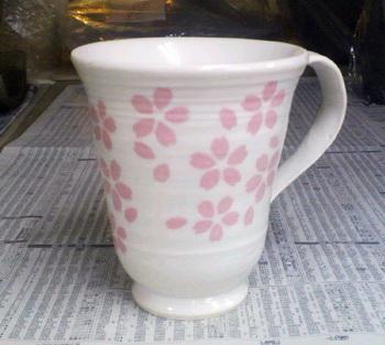 桜の花が散りばめられたカップが焼き上がりました。