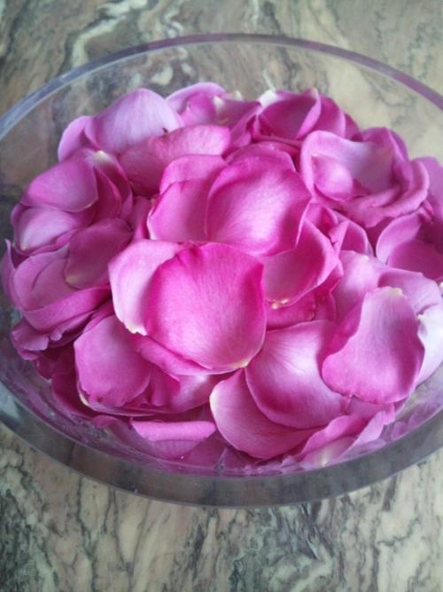 薔薇の花びらを浮かべて…