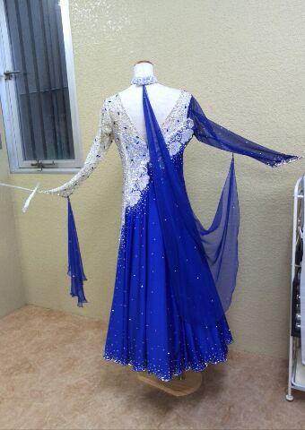 リサイクルドレス ブルーとホワイトのデモ用ドレス