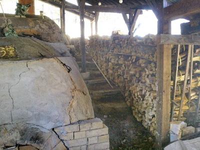 登り窯に大量の薪が搬入されました。