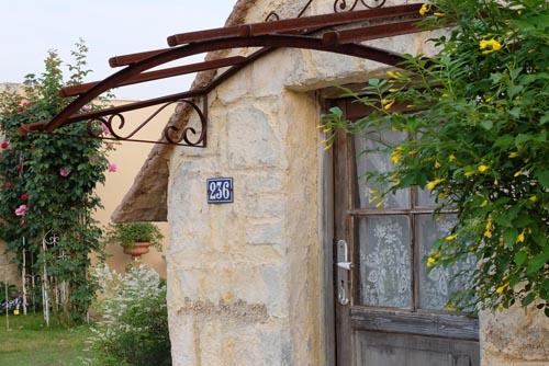 メルヘンな小屋とバラ