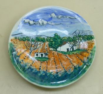 スペインブドウ畑。早春の風景を描いた大皿です。