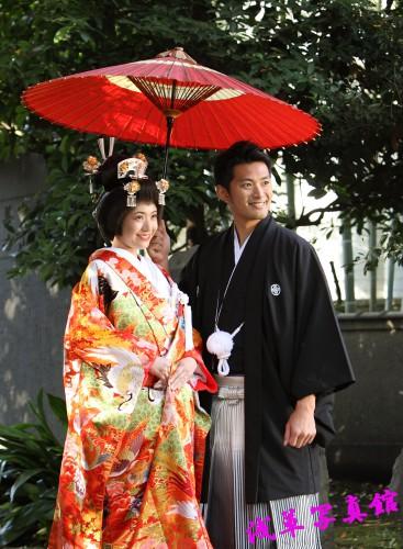 結婚写真・神社の木陰でロケフォト・和装前撮り開催中!