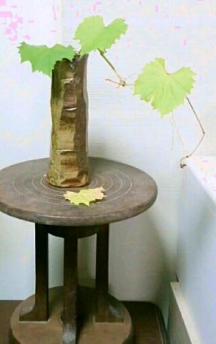 昔の手回しロクロの上に置いた花瓶に、山葡萄の蔓。