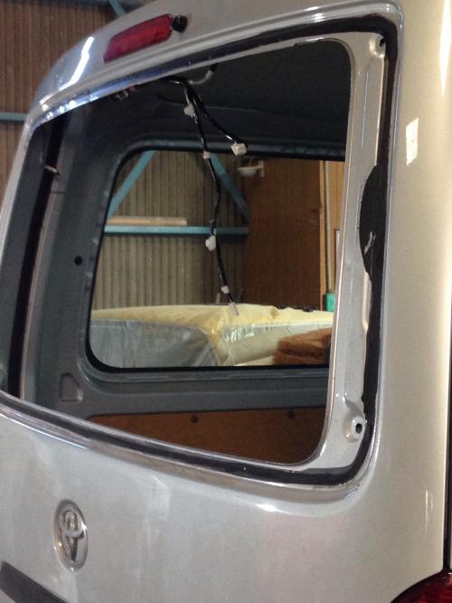 名古屋自動車板金塗装 ハイエースガラス脱着