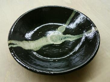 白い釉薬を流しがけした皿。自然の流れが素敵です。