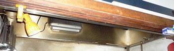 飲食店のキッチン換気扇の隙間からネズミが侵入