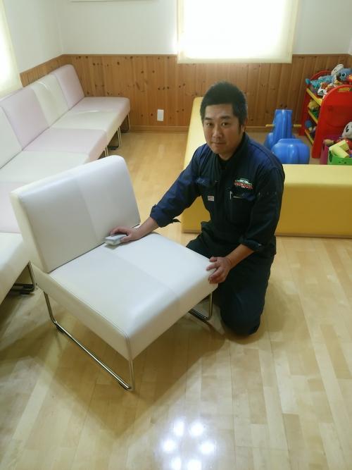 今日はクリニックの椅子をクリーニングしてます!!