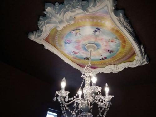 シャンデリアと天井画