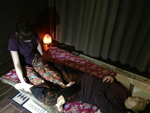 腰痛・坐骨神経に効果的な施術(タイ古式・仰向け施術)