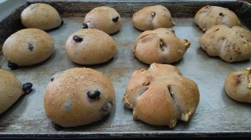 黒豆煮汁の生地で作った『丹波の黒豆パン』と『くるみパン』