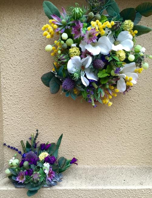 サロン玄関外のニッチに季節の花