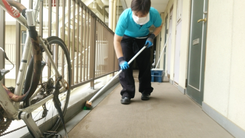 マンションの側溝など定期的に清掃します。