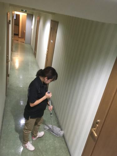 女性寮のハウスクリーニング(女性スタッフが作業)