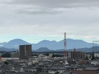 雨でも日光連山が、くっきり見えています