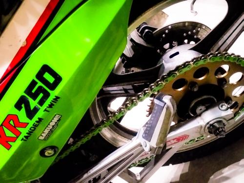 カワサキKR250〜限定!黄緑色のチェーン