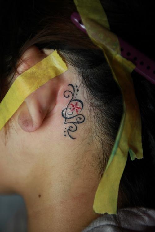 刺青 ワンポイント 耳の裏
