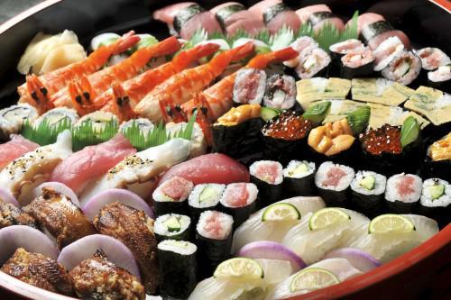 お盆の時期に家族での集まりにオードブルやお寿司の出前