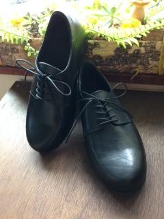 外反母趾でも目立たない細みの靴