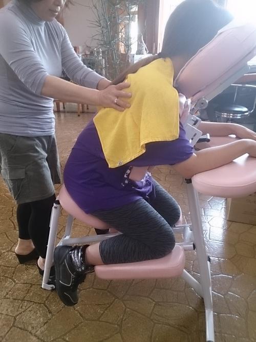 子育てママ、肩がコリコリになって美容室に\(^o^)/