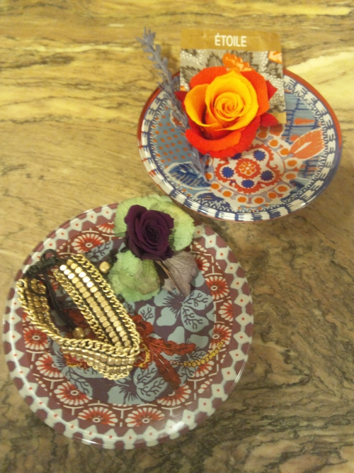 お皿を花器に見立てたアレンジメント