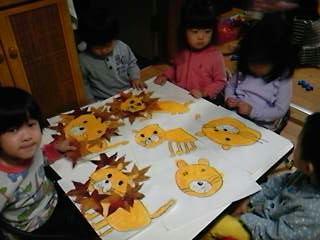 11月製作「落ち葉ライオン」いつもと違う素材に皆ワクワク☆