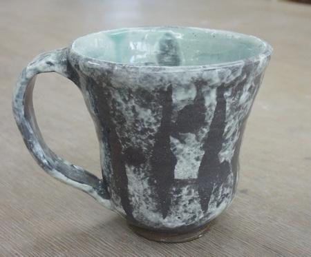 雪のような白い模様のマグカップ。新聞紙とスポンジを使って。