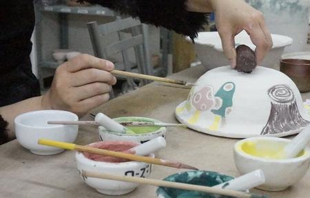 新年に使うKさんの土鍋に、カラフルな絵付けが、、。