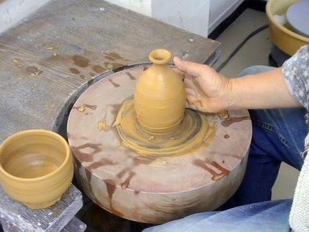 蹴ろくろで茶碗と徳利を作ってみました。唐津粘土。