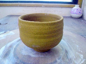 唐津粘土の茶碗。先日蹴ロクロで作った茶碗を削りました。