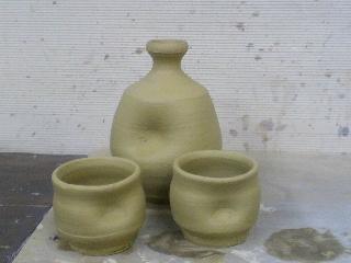 味わい深い唐津の粘土で徳利とぐい飲みを作ってみました。