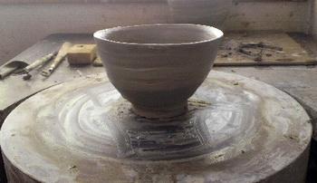 井戸茶碗の形にチャレンジしているRさん。蹴ろくろで制作。