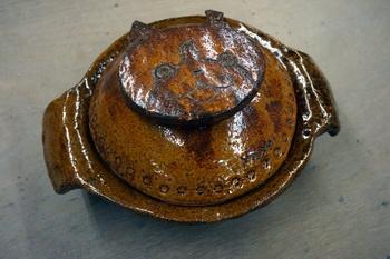 ジバニャンのような飾りがついた土鍋。
