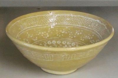 三島模様の茶碗。線彫りと印花の模様が混じんでいます。