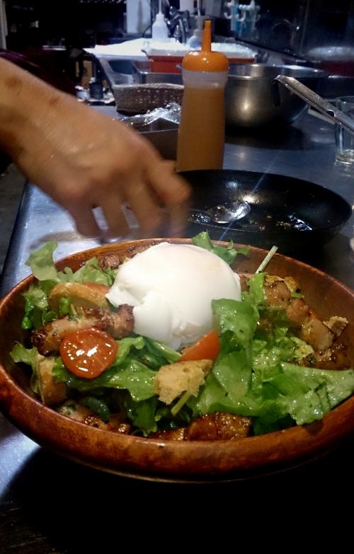 厚切りベーコンと半熟卵がポイント!リヨン風サラダ