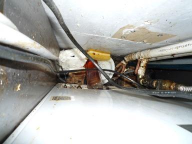 厨房機器下等のゴミのかき出し作業の重要性(1)