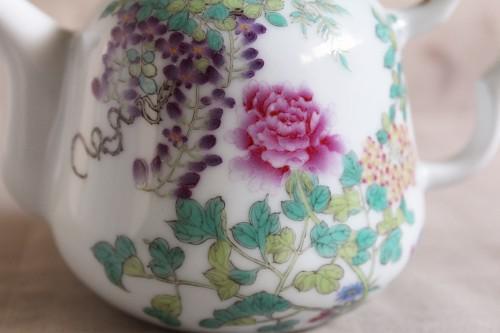 点描で描かれた花々の美しさに魅了される「百花図茶壺」