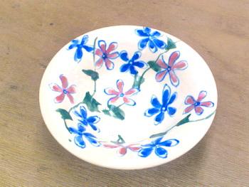 マジョリカ風の器は花満載です。