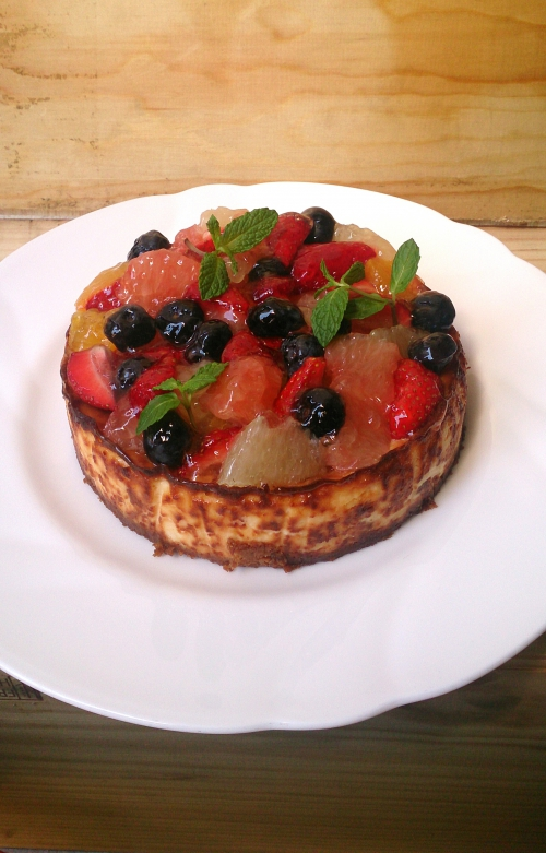 人気の特製チーズケーキにフルーツを添えて華やかに