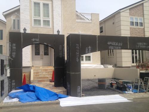 オリジナルゲートの鉄骨にラスカットを貼っています。