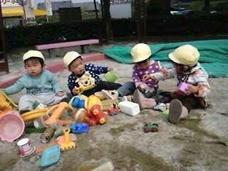 公園に行ってきまーす黄色い帽子が可愛いね